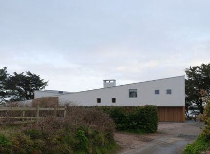 petites fenêtres étroites - Jersey House par Hudson Architects - Normandie, France