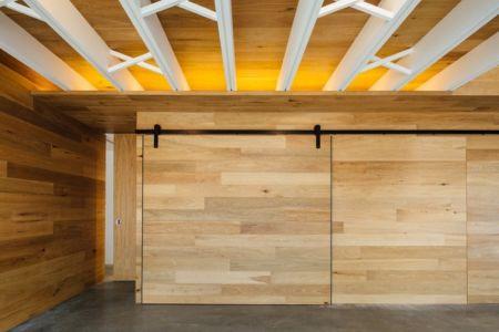 porte à galandage en bois contemporaine - Invermar House par Moloney Architects - Ballarat, Australie