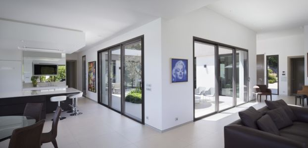 pièce de vie - Villa Sainte-Victoire par Henri Paret Architecte avec Kawneer - Aix en Provence, France