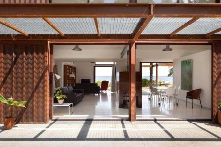 pièce de vie depuis terrasse - Maison Alios par Guillaume Cosculluela - Pays Basque, France