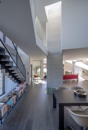 pièce de vie - escalier - Paradox house par Klab architecture - Athènes, Grèce