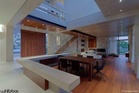 pièce de vie & escalier accès étage - Stone House par Whitebox Architectes - Athènes, Grèce