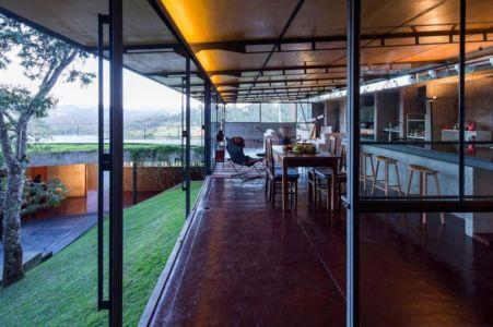 pièce de vie & grande baie vitrée - Casa-Santo-Antonio par H+F Arquitetos - Santo Antônio, Brésil