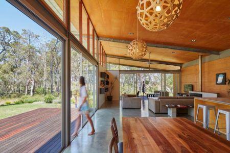 pièce de vie & porte vitrée coulissante - Bush-House par Archterra Architects - Margaret River, Australie