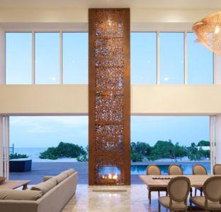 pièce de vue et sa cheminée - Bella Vita Villa par Prototype Design Lab -  îles Turques et Caïques