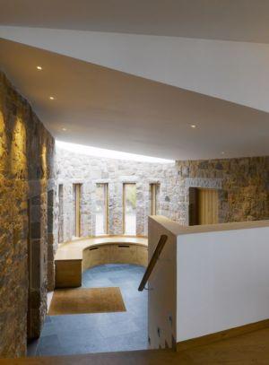 pièce intérieure en pierres - Jersey House par Hudson Architects - Normandie, France