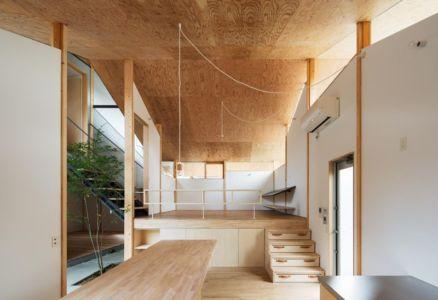 pièce principale en revêtement bois - Eaves-House par Y Plus M Design - Kyoto, Japon