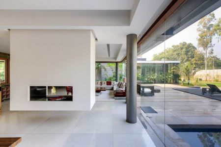 pièce principale & vue salon terrasse design - home-pool par DADA-&-Partners - New Delhi, Inde