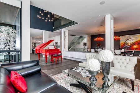 piano rouge dans pièce de vie - Ashley Park House par Barroso Homes - Toronto, Canada