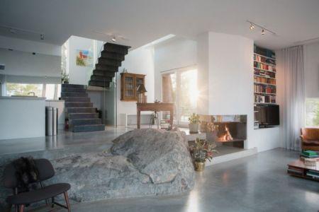 pierre dans pièce de vie - maison bois contemporaine par Gabriel Minguez - Ingarö, Suède