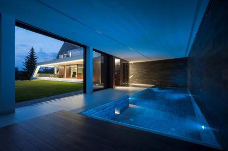 piscine abritée - Edge House par Mobius Architekten, Pologne