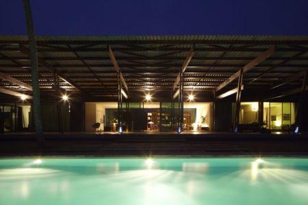 piscine de nuit - Bambou pavillion par Koffi Diabat architectes - Assinie-Mafia, Côte d'Ivoire