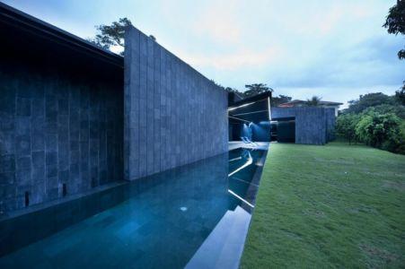 piscine de nuit - Casa Altamira par Joan Puigcorbé - Costa Rica