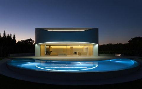 piscine de nuit - Casa Balint par Fran Silvestre Arquitectos - Valence, Espagne