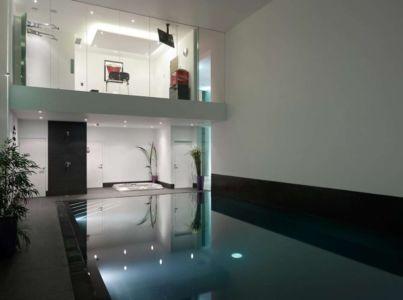 piscine de nuit - Cherry Orchard par Western Design Architects - Branksome, Royaume Uni