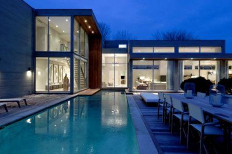 piscine de nuit - Fieldview house par Blaze Makoid Architecture - East Hampton, Usa