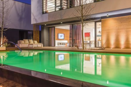piscine de nuit - Luxury Green Homes par Amber Gardens - Bucarest, Roumanie