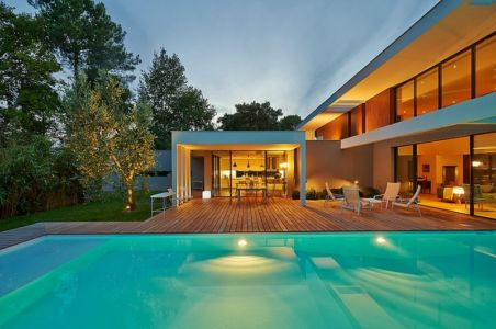 piscine de nuit - Maison contemporaine par Hybre-architecte - Gradignan - photo Philippe Caume