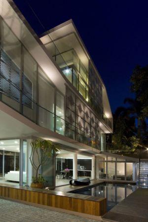 piscine de nuit - OOI House par Czarl Architects - Singapour