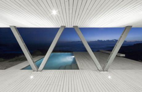 piscine de nuit - Rambla House par LAND Arquitectos - Zapallar, Chili