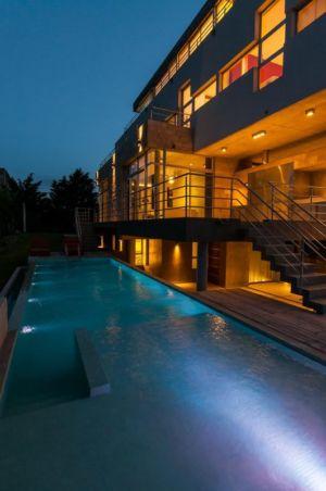 piscine de nuit - Wanka House par Estudio Arquitectura Galera - Cariló, Argentine