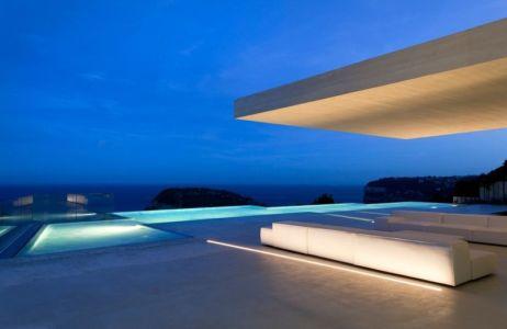 piscine de nuit et panorama - Sardinera House par Ramon Esteve Estudio - Valencian Community, Espagne