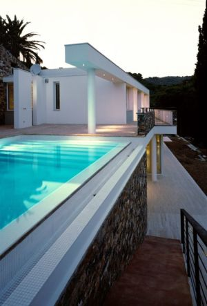 piscine en surplomb - Villa-Studiorossi par Studiorossi Secco - Crevo, Italie