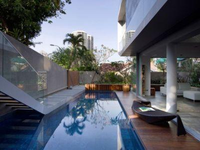 piscine & escalier extérieur accès niveau supérieur - Home-Walls par Mink Architects - Singapour
