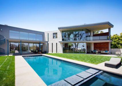 piscine et façade - Chatauqua Residence par Studio William Hefner - Californie, Usa