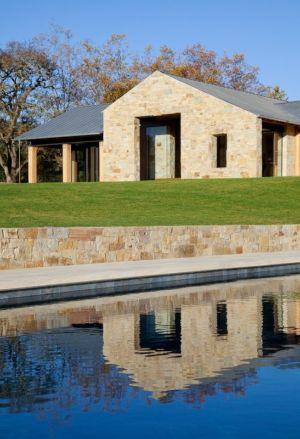 piscine et façade en pierre - Mountain Wood Residence par Walker Warner Architects -Woodside, Usa