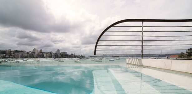 piscine et panorama - Waterfront House par Luigi Rosselli Architects - Sydney, Australie