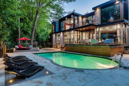 piscine et terrasse - Ashley Park House par Barroso Homes - Toronto, Canada