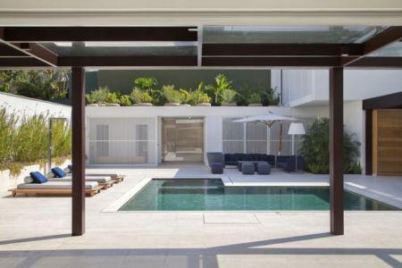 piscine et terrasse - Brise House par Gisele Taranto Arquitetura - Rio de Janeiro, Brésil