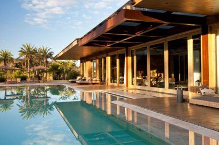 piscine et terrasse - Nova Lima House par Saraiva associados - Nova Lima, Brésil - photo Rafael Carrieri