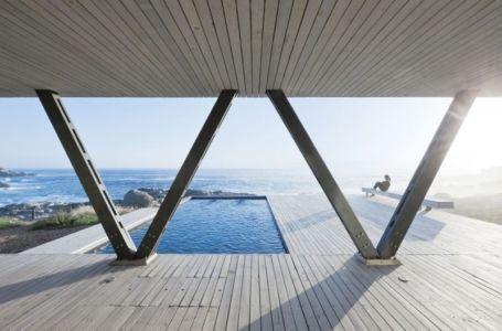 piscine et terrasse - Rambla House par LAND Arquitectos - Zapallar, Chili