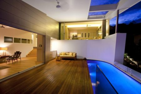 piscine et terrasse de nuit - Coolum Bays House par Aboda Design Group - Coolum Beach, Australie - photo Paul Smith