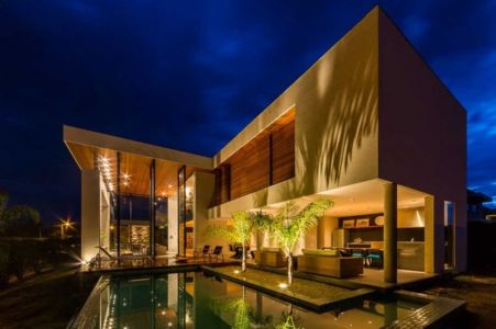 piscine et terrasse de nuit - House in Londrina by Spagnuolo Arquitetura