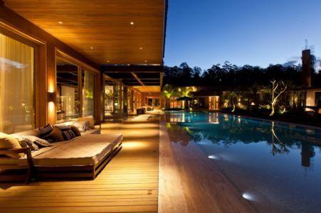 piscine et terrasse de nuit - Nova Lima House par Saraiva associados - Nova Lima, Brésil - photo Rafael Carrieri