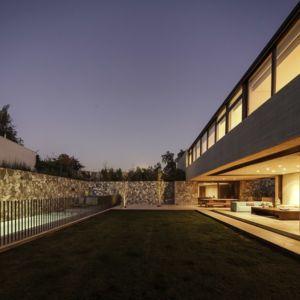 piscine et terrasse de nuit - SH House par 01arq - La Dehesa, Chili