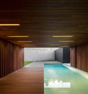 piscine et terrasse en teck - BE House par Spaceworkers - Paredes, Espagne