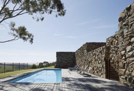 piscine & façade en pierres - maison contemporaine en bois par B.E ARCHITECTURE, Flinders, Australie