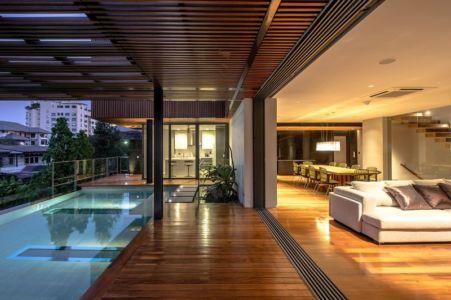 piscine & intérieur séjour - salon - Joly House par StuDO Architectes - Bangkok, Thaïlande
