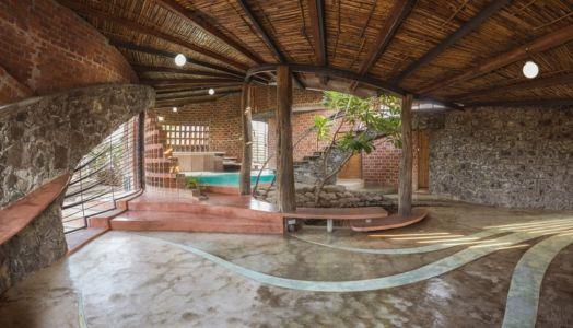 piscine intérieure - Brick House par iStudio architecture - Wada, Inde