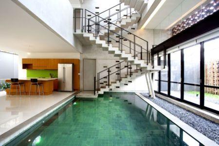 piscine intérieure cuisine Breathing House par Atelier Riri Kota Tangerang Selatan Indonésie | + d'infos