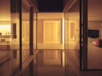 piscine intérieure de nuit - maison réhabilitée par MANO Arquitectura - Begur Espagne