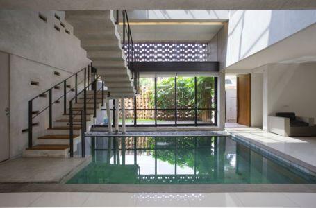 piscine intérieure & escalier accès étage - Breathing House par Atelier Riri - Kota Tangerang Selatan, Indonésie