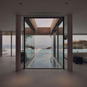 piscine intérieure extérieure - maison réhabilitée par MANO Arquitectura - Begur Espagne