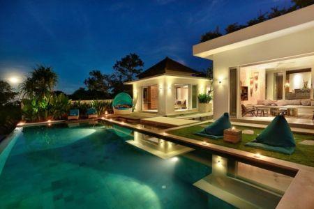 piscine & salon terrasse design nuit - jodie-cooper-design par Jodie Cooper Design - Bali, Indonesie