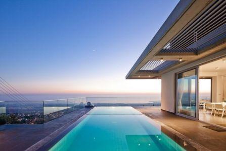 piscine terrasse de nuit - Prodromos and Desi Residence par VARDAstudio - Paphos, Chypre