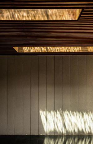 plafond bardage bois - Joly House par StuDO Architectes - Bangkok, Thaïlande